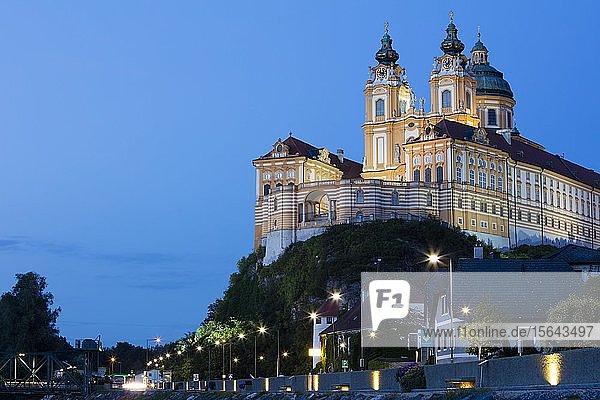 Benediktinerabtei Stift Melk in der Abenddämmerung  UNESCO-Weltkulturerbe  Melk  Wachau  Niederösterreich  Österreich  Europa