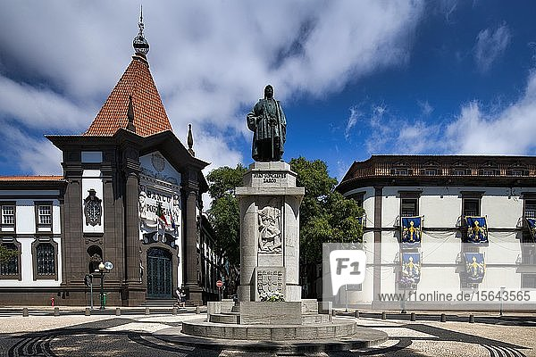 Statue des Seefahrers und Entdeckers João Gonçalves Zarco  links Bonco de Portugal  Funchal  Insel Madeira  Portugal  Europa