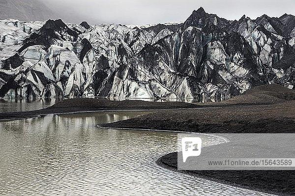 Gletscher  Gletscherlagune  Sólheimajökull  Solheimajökull  Gletscherzunge des Mýrdalsjökull mit Einschluss von Vulkanasche  nahe Ringstraße  Suðurland  Südisland  Island  Europa