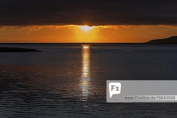 Sonnenuntergang  Sonne spiegelt sich im Wasser  bei Grundarfjördur  Halbinsel Snaefellsnes  Island  Europa