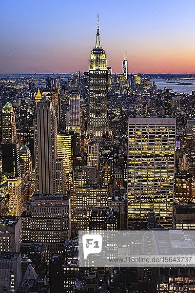 Ausblick auf Midtown und Downtown Manhattan und Empire State Building vom Top of the Rock Observation Center bei Sonnenuntergang  Rockefeller Center  Manhattan  New York City  New York