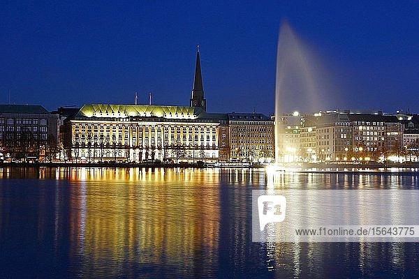 Binnenalster mit Alsterfontäne zur blauen Stunde  Hamburg  Deutschland  Europa