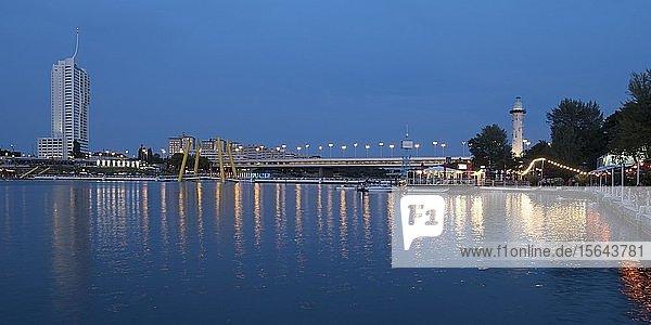 Donau mit Reichsbrücke und Leuchtturm  Donauinsel  Blaue Stunde  Wien  Österreich  Europa