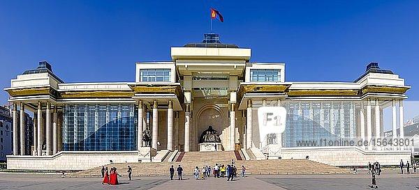 Panorama  Parlamentsgebäude auf dem Sukhbaatar-Platz mit großer Dschingis Khan Statue in der Mitte  Ulan Bator  Mongolei  Asien
