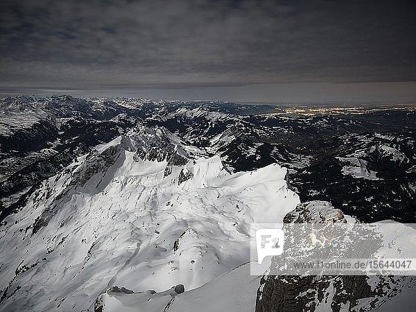 Blick vom Säntis auf verschneite Berglandschaft bei Vollmond  Säntis  Alpstein  Appenzell  Schweiz  Europa