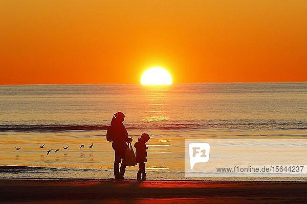 Mutter und Kind am Strand bei Sonnenuntergang  St. Peter-Ording  Nordsee  Nationalpark Schleswig-Holsteinisches Wattenmeer  Schleswig-Holstein  Deutschland  Europa