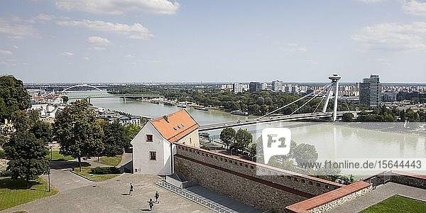 Donau mit SNP Brücke  Brücke des Slowakischen Nationalaufstandes  Alte Brücke und Apollo Brücke  vorne Burgmauer  Bratislava  Slowakei  Europa