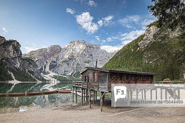 Pragser Wildsee  Bergsee mit Bootshaus und Booten  dahinter Seekofel  Prags  Dolomiten  Südtirol  Alto Adige  Italien  Europa