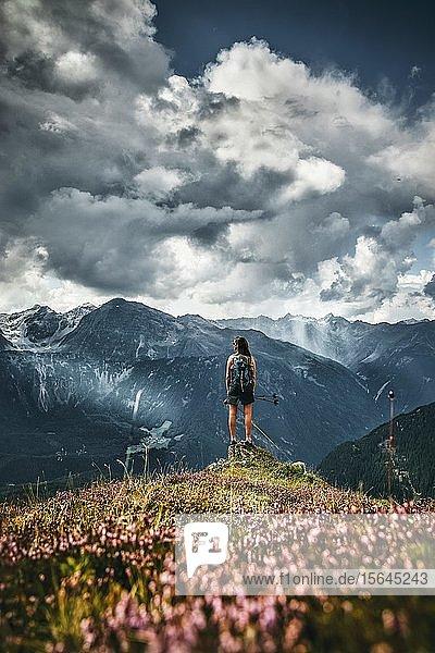 Frau vor Bergkette  Niederthai Ötztal  Tirol  Österreich  Europa