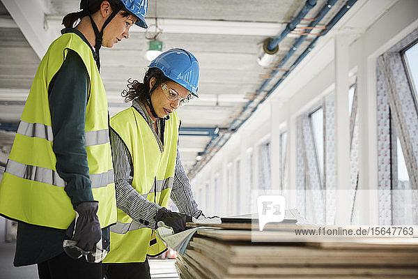 Ingenieurinnen diskutieren auf der Baustelle über den Bauplan