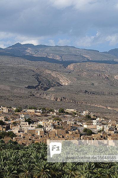 Al Hamra  Bergkette im Hintergrund  Oman