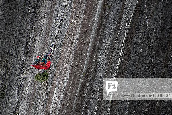 Bergsteiger ruhen sich auf der Portaledge aus  Squamish  Kanada