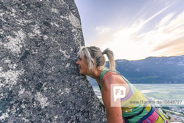 Glücklicher Bergsteiger küsst die Felswand von Heatwave  The Chief  Squamish  Kanada