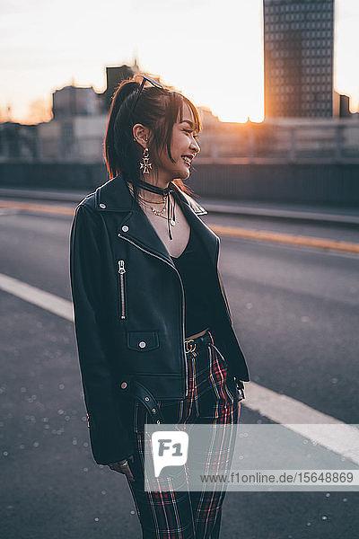 Junge Frau im Punk-Stil gekleidet  Mailand  Italien