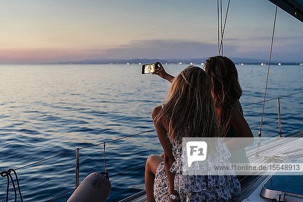 Freunde nehmen Selfie auf Segelboot  Italien