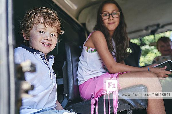 Geschwister warten im Auto