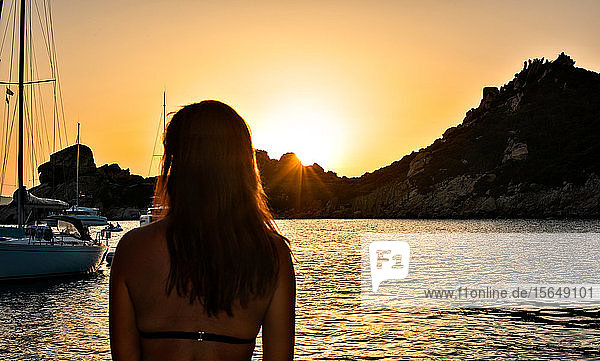 Frau genießt Sonnenuntergang auf See  Insel La Maddalena  Sardinien  Italien