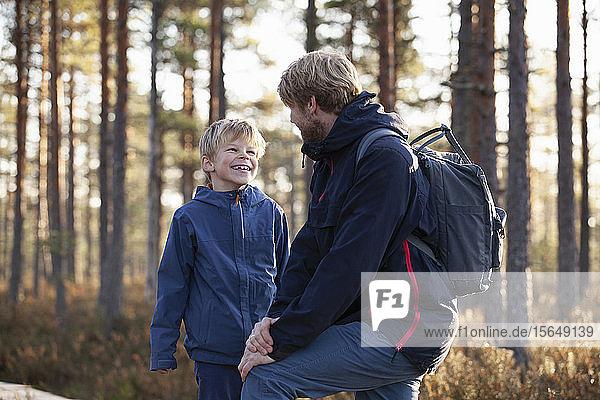 Vater und Sohn unterhalten sich im Wald  Finnland