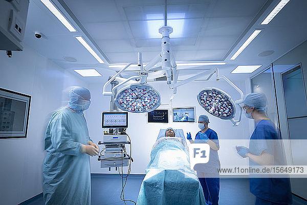 Krankenschwestern  Chirurgen und Patienten im Operationssaal im Krankenhaus