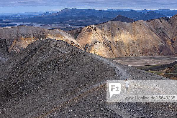 Frau auf einem Hügelrücken  Landmannalaugar  Island