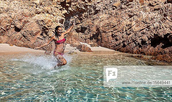 Frau im Bikini genießt klares Meerwasser in der Lagune  Insel La Maddalena  Sardinien  Italien