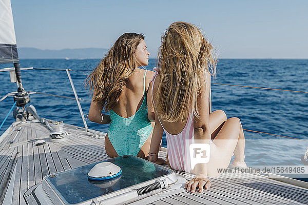Freunde entspannen sich an Deck eines Segelbootes  Italien