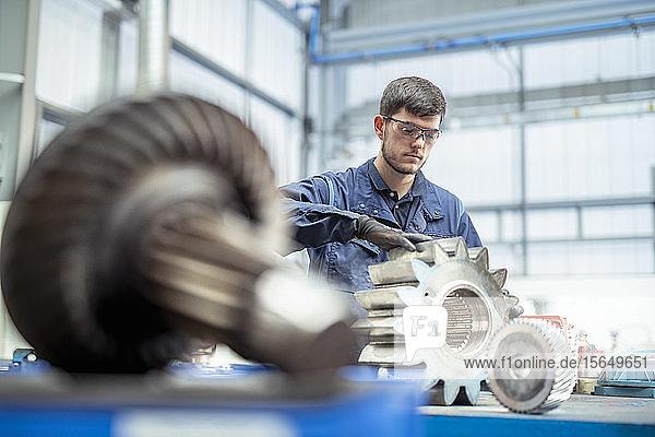 Auszubildender zum Ingenieur Reinigungsgerät für Pumpe in elektrotechnischer Fabrik