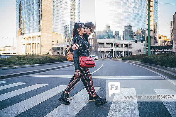 Junges Paar benutzt Fußgängerüberweg  Mailand  Italien