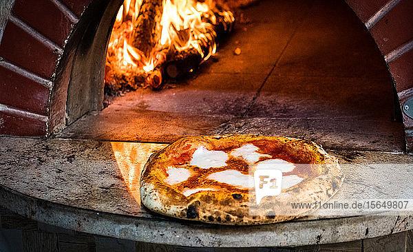 Pizza aus Steinofen entfernt