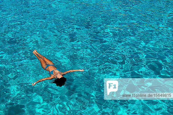 Frau im Bikini genießt klares Meerwasser