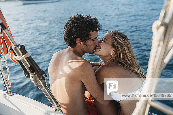 Liebespaar auf einem Segelboot  Italien