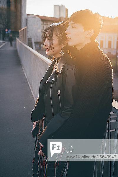 Trendiges Paar umarmt sich auf der Brücke  Mailand  Italien