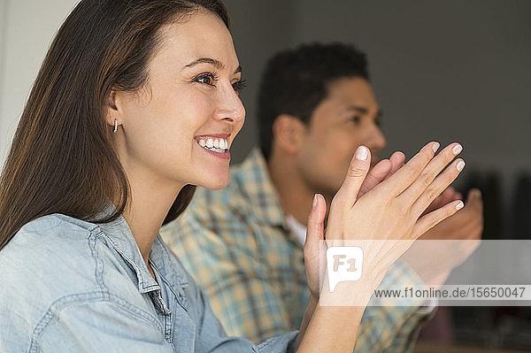 Geschäftsleute applaudieren während eines Treffens