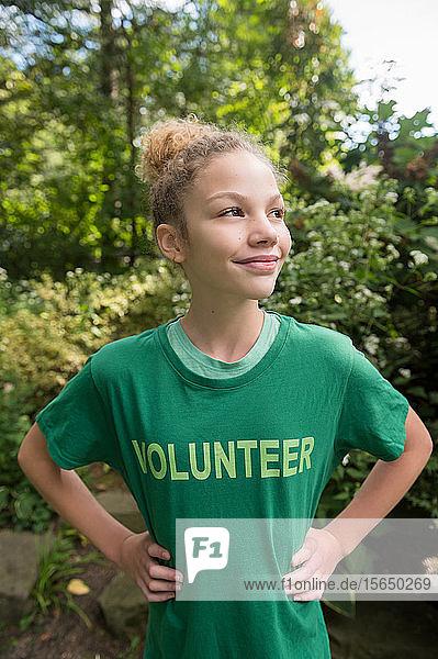 Mädchen mit Freiwilligen-T-Shirt
