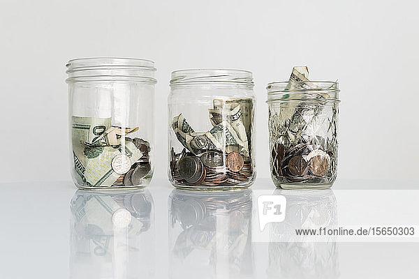 Geld in Glasgefäßen