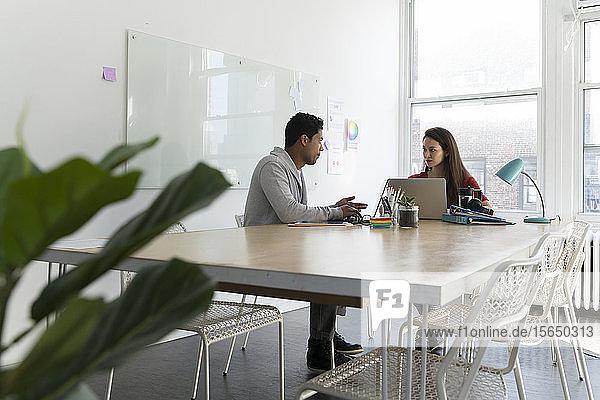 Coworker sitzen am Bürotisch