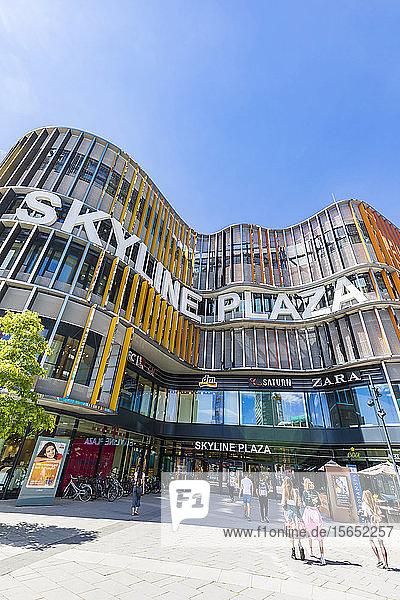 Niedriger Blickwinkel auf Skyline Plaza gegen klaren Himmel  Frankfurt  Hessen  Deutschland