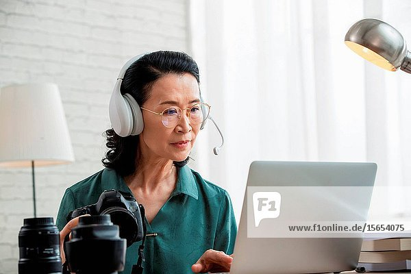 Online learning photography in the elderly