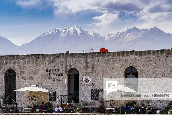 La Compañia cloisters (XVIII century) with the volcanoes Chachani and Misti in the background. Arequipa city Perú South America.