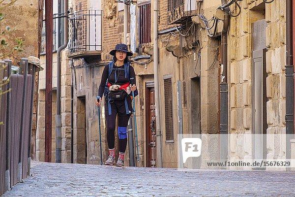 Mujer asiatica en peregrinacion a Santiago  Navarrete  La Rioja  Spain.