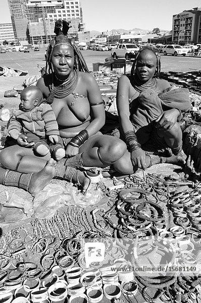 Namiba: Herero womenselling indigenious art work in the capital city Windhoek.