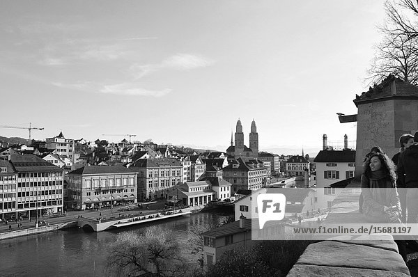 Der Lindenhof in der Alstadt von Zürich ist eine beliebter Touristen-Ort  von wo aus die Stadtführer den Gästen die Stadt zeigen. The Linden-Hof in the heart of the old town of Zürich is an attractiv tourist spot  where the city-guides show the visitors the center of Zürich.