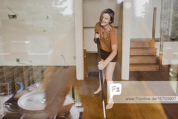Frau putzt neues Haus
