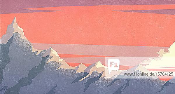 Dramatischer Sonnenuntergangshimmel über Berggipfeln