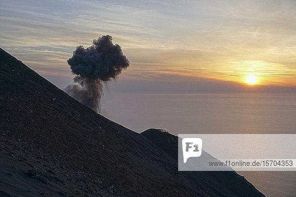 Aufsteigende Aschewolke mit Blick auf den ruhigen Sonnenuntergang  Ätna  Stromboli  Sizilien  Italien