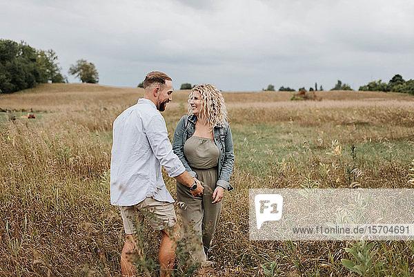 Junges Paar geht auf dem Land spazieren