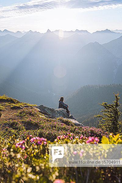 Wanderin geniesst die Sonne auf dem Gipfel  Winchester Mountain  North Cascades  Washington