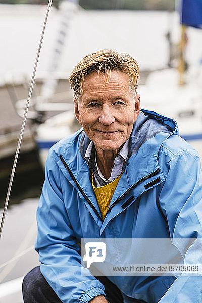 Porträt eines selbstbewussten älteren Mannes  der einen Bootsführerkurs besucht