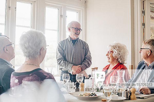 Ältere Freunde unterhalten sich im Restaurant