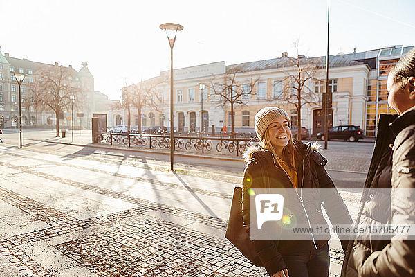 Glückliche Teenager-Freunde verbringen im Winter ihre Freizeit in der Stadt